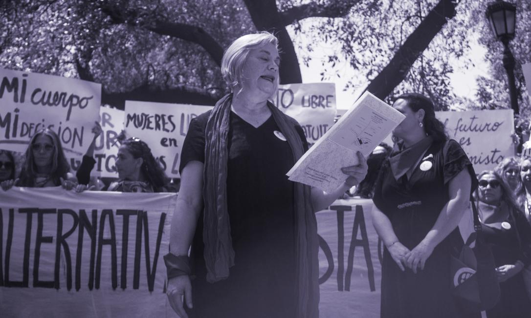Rosa Moreno Moore, presidente do PAF, lê a Declaração de Princípios do partido após increvê-lo no sistema eleitoral do Chile Foto: Cortesia Partido Alternativa Feminista (PAF)