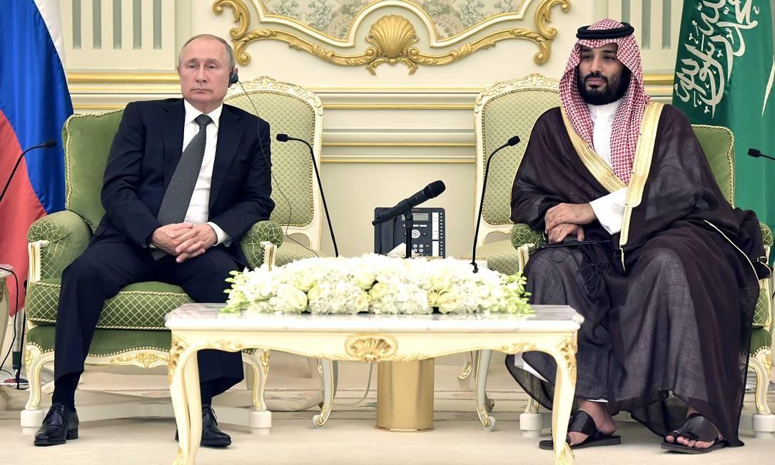 O presidente russo, Vladimir Putin, e o príncipe herdeiro da Arábia Saudita, Mohammed bin Salman, em encontro em Riad, em outubro Foto: ALEXEY NIKOLSKY / SPUTNIK/AFP via Getty Images/14-10-2019