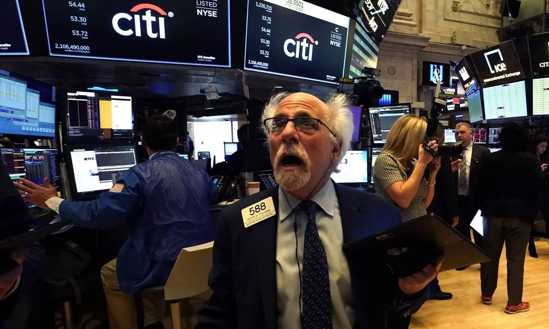 Peter Tuchman, um dos negociadores mais experientes de Wall Street, reage ao 'curcuit breaker' de Wall Street na manhã desta segunda-feira Foto: Timothy A. Clary / AFP