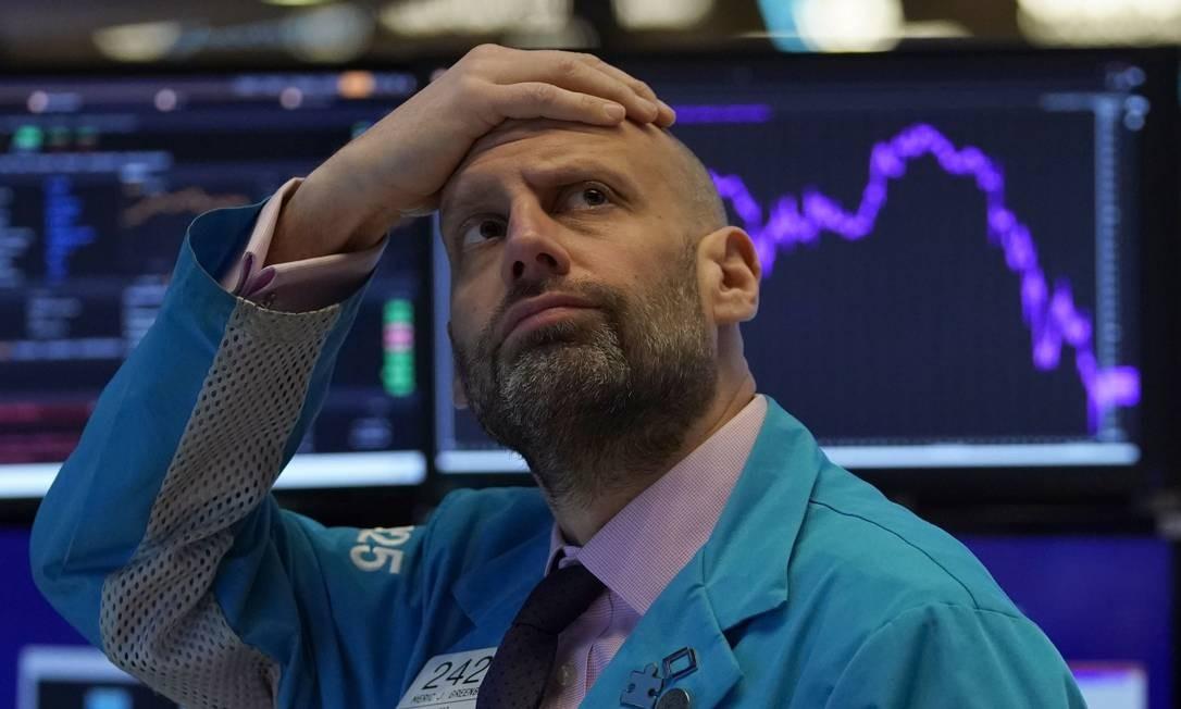 Olhar decepcionado de Meric Greenbaum, da financeira IMC, momentos antes de as negociações serem interrompidas na Bolsa de Nova York, nesta segunda-feira Foto: Timothy A. Clary / AFP