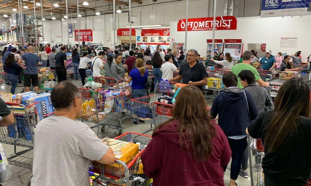 Antes mesmo de o CDC fazer a recomendação, americanos correram para os supermercados para estocarem alimentos e remédios. Foto: MARK RALSTON / AFP