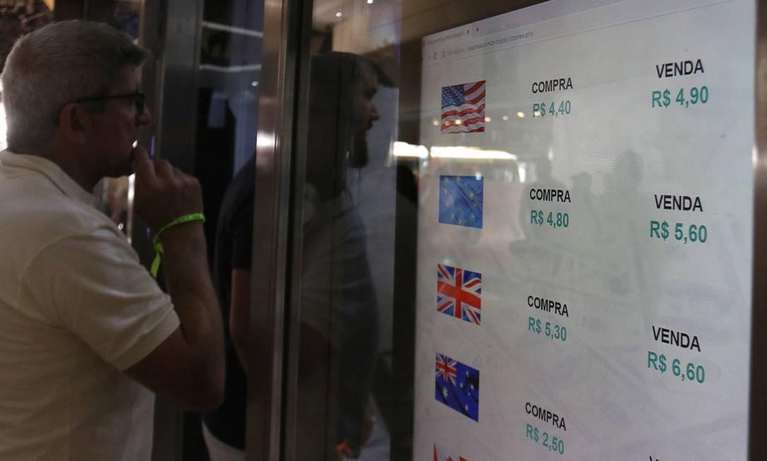 Colapso das bolsas de valores pelo mundo chega às casas de câmbio do Rio e dólar é negociado a preço recorde: R$ 4,90 Foto: Luiza Moraes / Agência O Globo