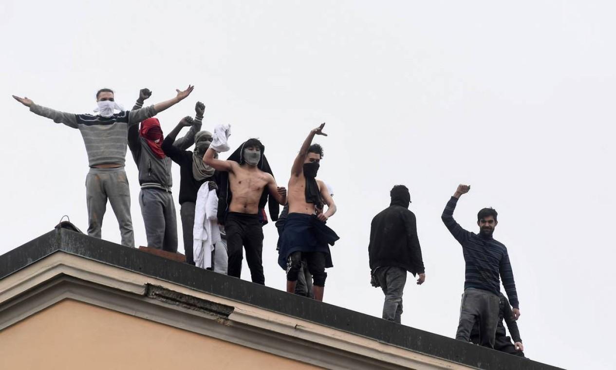 Detentos da Prisão de San Vittore fazem motim depois que as visitas da família foram suspensas devido a temores sobre o contágio por coronavírus, em Milão, Itália, nesta segunda-feira Foto: Flavio Lo Scalzo / Reuters