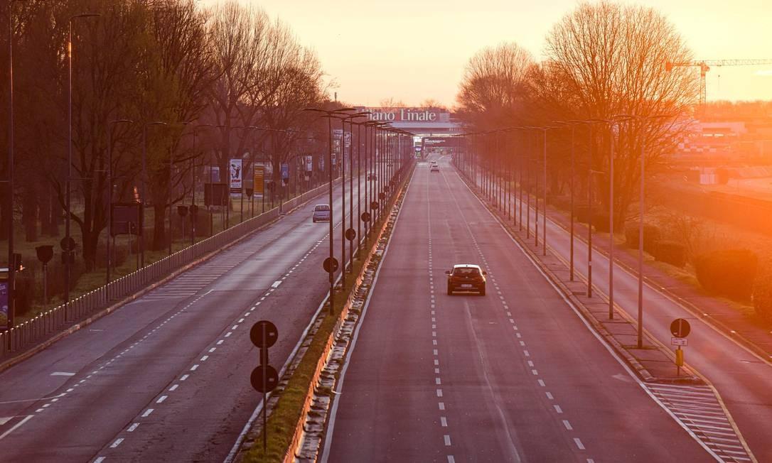 Estrada que leva ao aeroporto de Linate, em Milão, é fotografada deserta, depois de 15 milhões de pessoas serem colocadas em quarentena forçada no norte da Itália, maior foco da foco da doença na Europa Foto: Piero Cruciatti / AFP