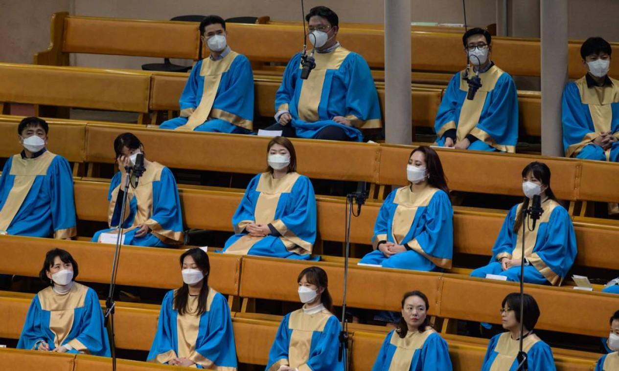 Membros do coral usaram máscaras no culto da Igreja Evangélica Completa Yeouido, em Seul, Coreia do Sul Foto: Ed Jones / AFP
