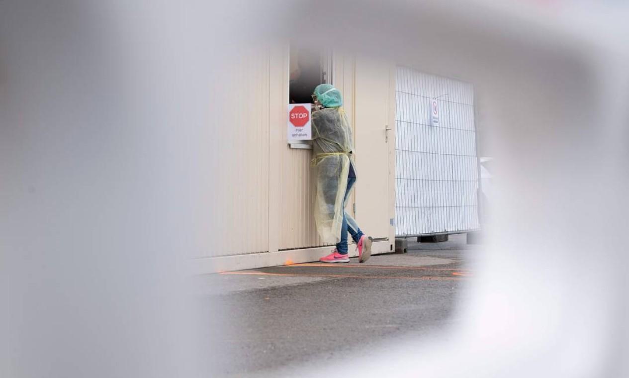 """Depois de registrar mais de mil casos confirmados do novo coronavírus, Alemanha apresentou o """"Drive-In"""" para diagnóstico da Covid-19. Na cidade de Nuertingen, sul do país, pessoas podem fazer um teste sem sair carro Foto: Thomas Kienzle / AFP"""