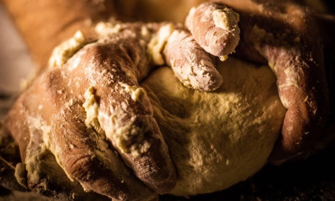 Massa de fermentação natural: horas e horas para ficar pronta Foto: Bárbara Lopes