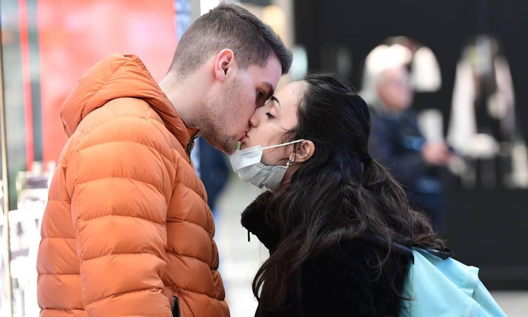 Beijo na estação ferroviária Milano Centrale, em Milão, Itália, no norte do país onde mais de 15 milhões de pessoas foram colocadas em quarentena forçada Foto: Miguel Medina / AFP