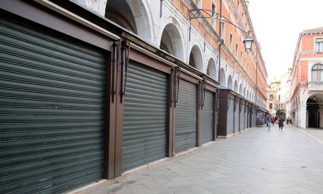 Lojas fechadas e ruas vazias após decreto com restrições do governo italiano no sábado à noite, em Veneza Foto: MANUEL SILVESTRI / REUTERS