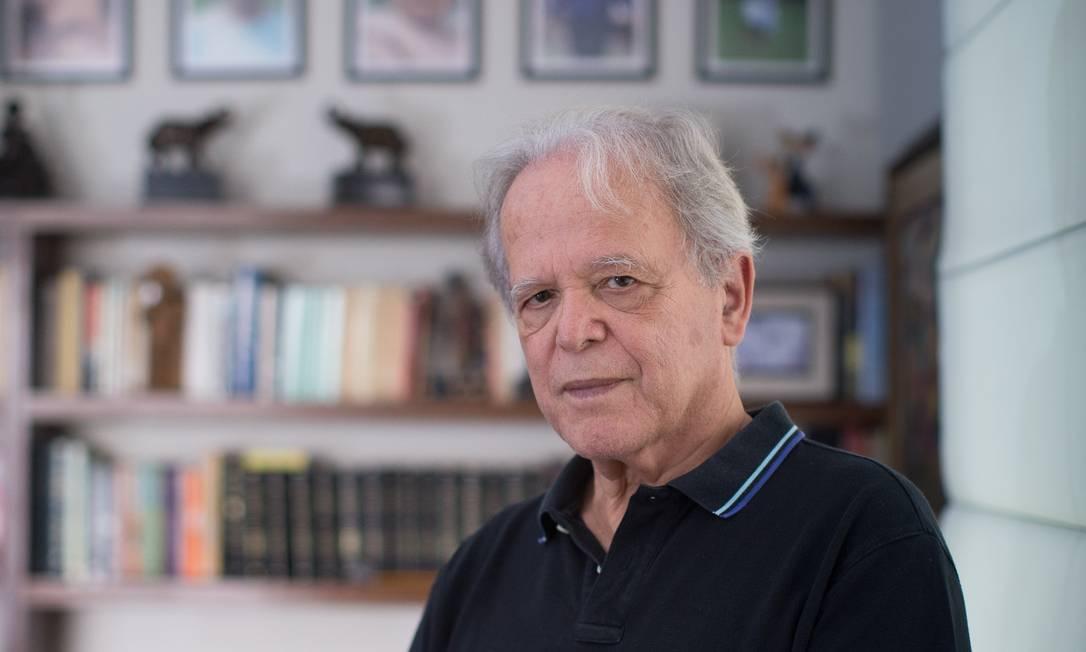 O economista Luiz Carlos Mendonça de Barros acredita que a crise pode afastar quem está começando a operar na Bolsa Foto: Edilson Dantas / Agência O Globo