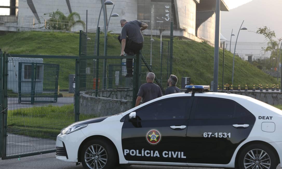 Policiais chegaram à Cidade das Artes, na Barra da Tijuca, às 6h e tiveram que pular a grade, que estava trancada Foto: Fabiano Rocha / Fabiano Rocha