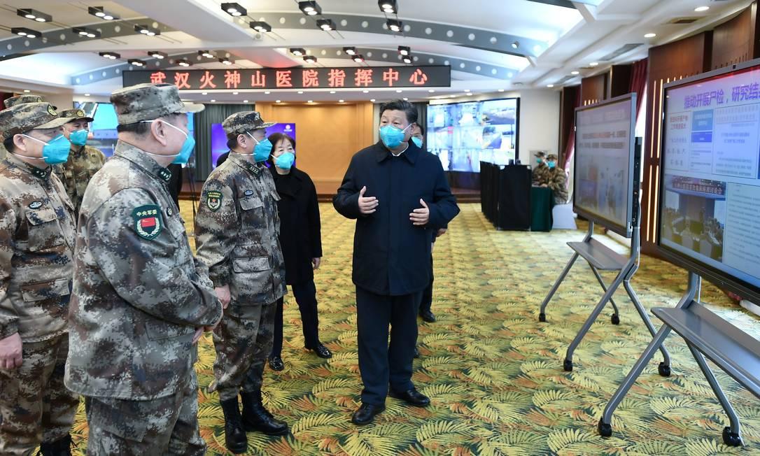 Presidente da China, Xi Jinping, é informado sobre operação de funcionamento do hospital Huoshenshan, em Wuhan, na China, epicentro global da epidemia do novo coronavírus Foto: XINHUA / REUTERS