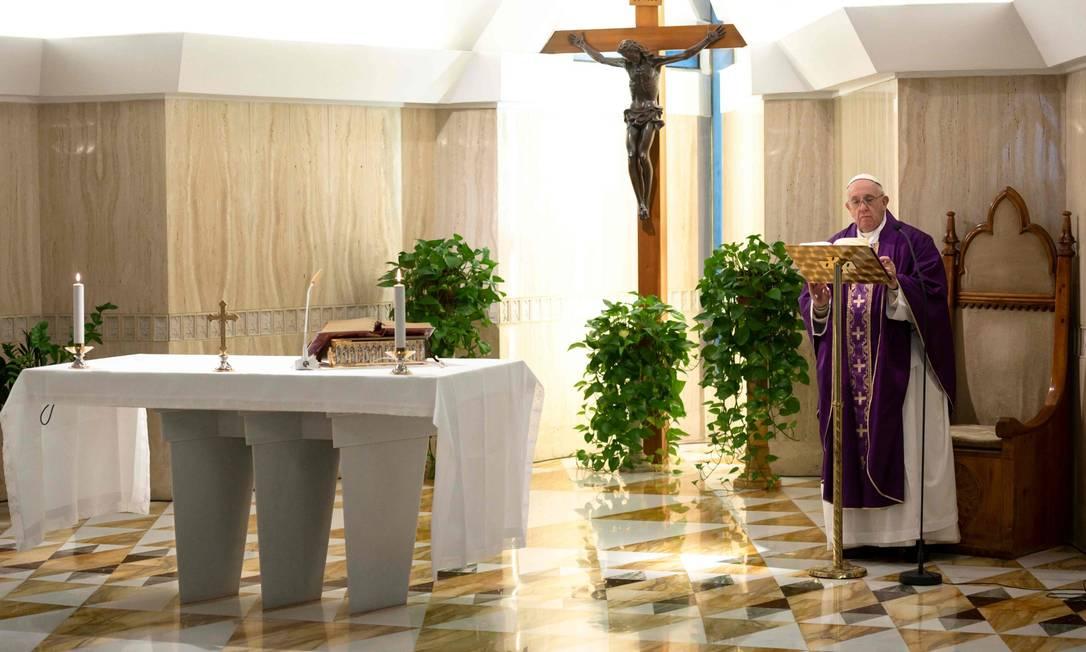 Papa Francisco celebrando a missa matinal de sua residência, a casa Santa Marta Foto: HANDOUT / AFP