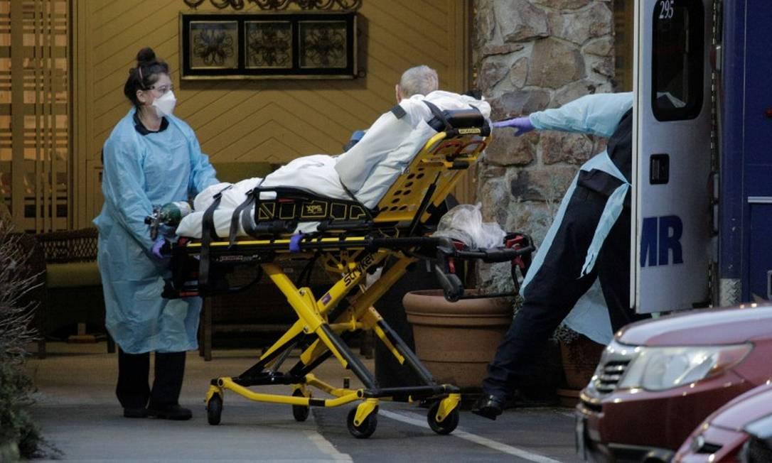 Medicos transportam um patiente em um centro médico de Kirkland, no estado de Washington, um das regiões mais atingidas dos EUA Foto: DAVID RYDER / REUTERS