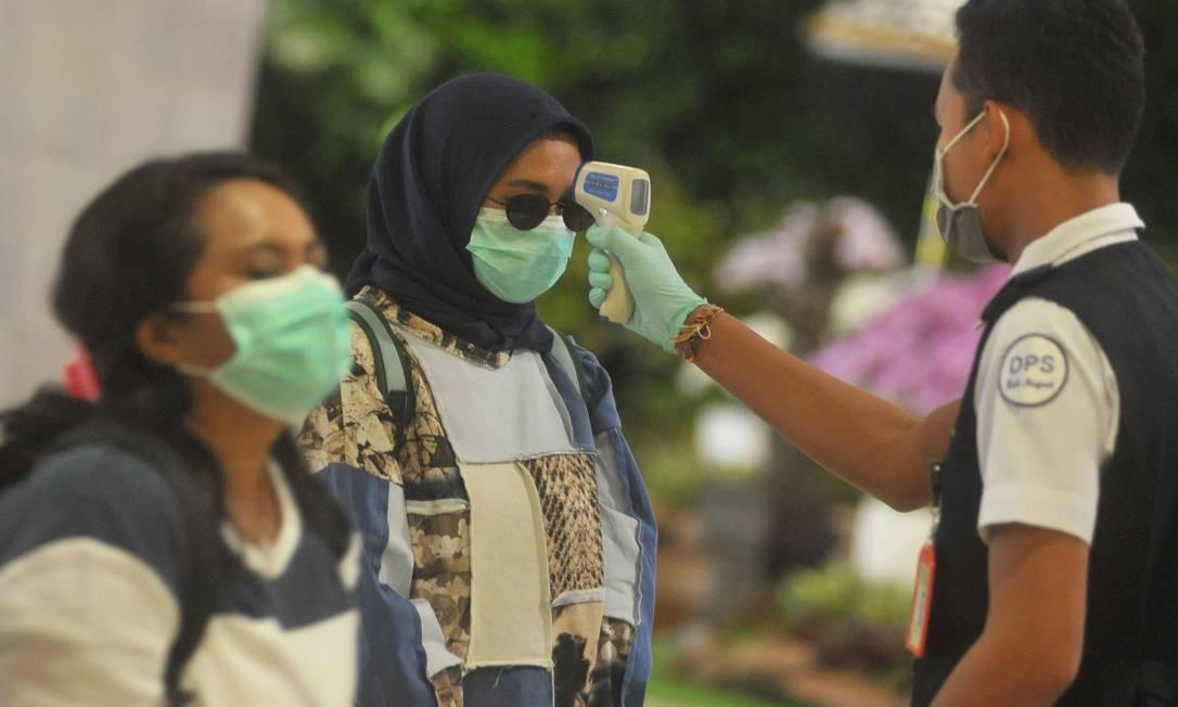 Passageiros são obrigado a terem a temperatura corporal checada no aeroporto Internacional I Gusti Ngurah Rai, depois que a Indonésia confirmou novos casos de doença por coronavírus em Denpasar, Bali, Indonésia Foto: Antara Foto / via Reuters