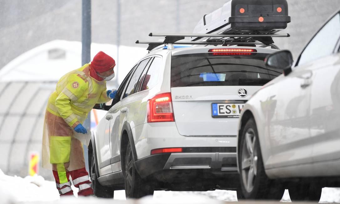 Médico verifica a temperatura de um motorista vindo da Itália na passagem da fronteira com a Áustria Foto: Andreas Gebert / Reuters