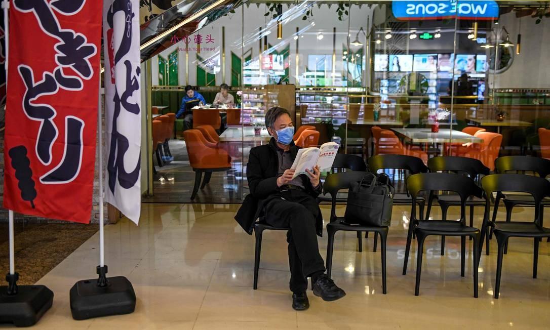 Chinês usa máscara de proteção em restaurante japonês em Pequim, China Foto: Greg Baker / AFP