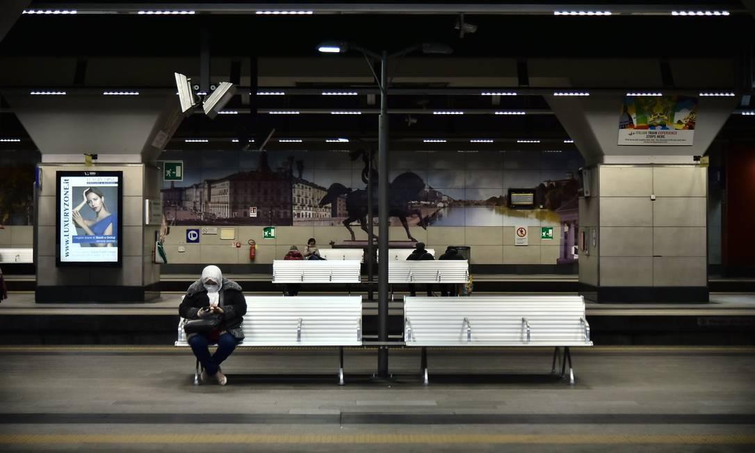 Quarentena imposta pelo governo italiano deixou estações de metrô vazia nesta terça-feira Foto: Marco Bertorello / AFP