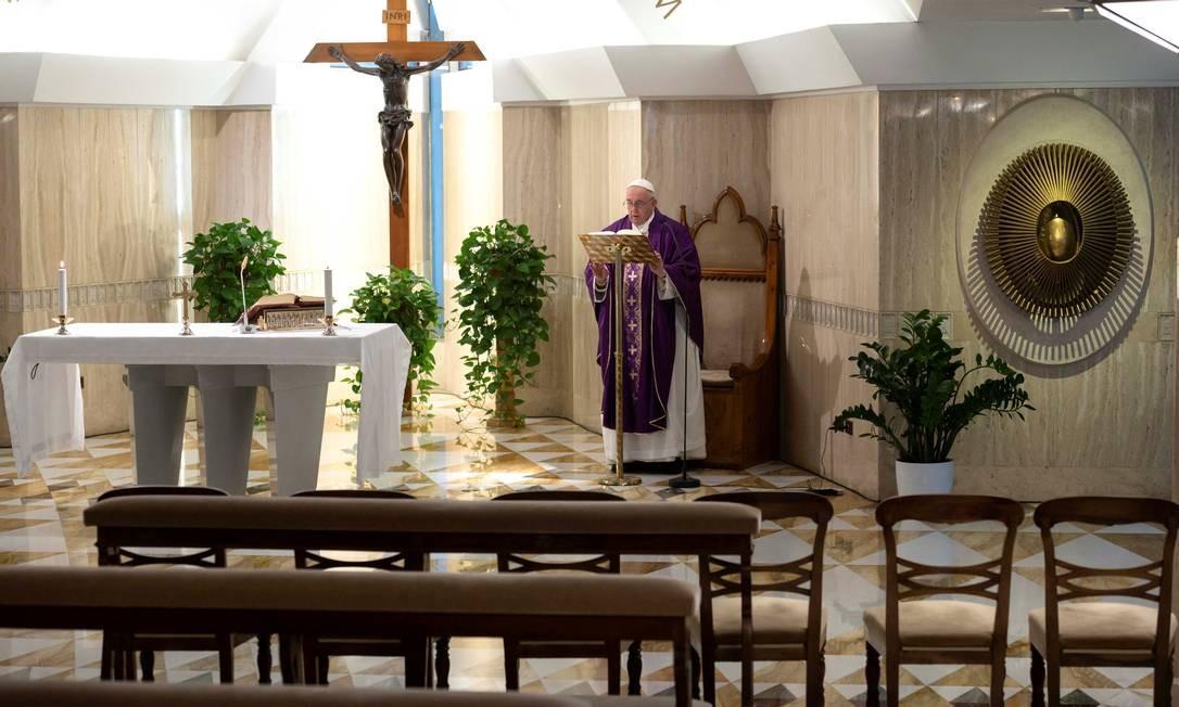 Papa Francisco reza missa transmitida por vídeo ao vivo em uma capela vazia, como parte de medidas para combater a disseminação do coronavírus, no Vaticano Foto: VATICAN MEDIA / via REUTERS
