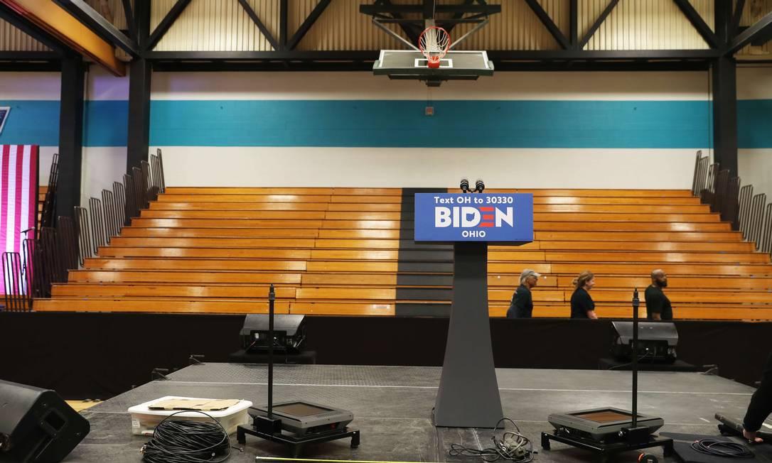 Palco onde aconteceria comício de Joe Biden em Cleveland, Ohio. Evento foi cancelado por causa do novo coronavírus Foto: JOE RAEDLE / AFP