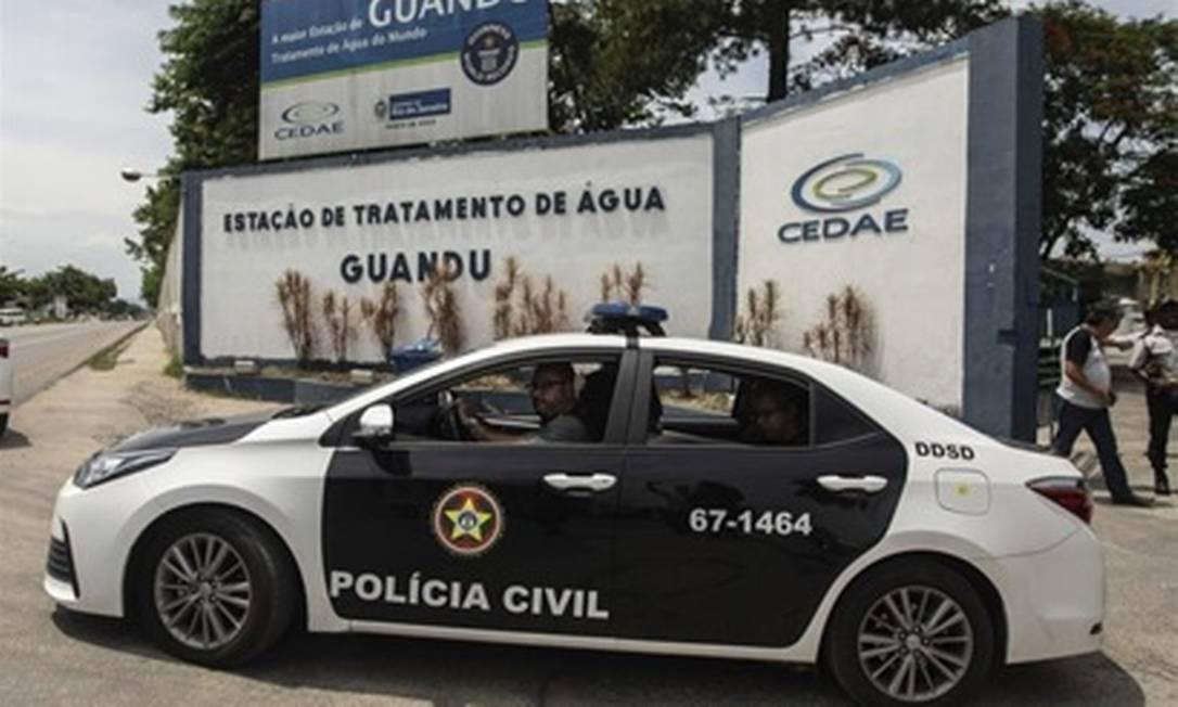 Policiais da DDSD durante operação da ETA-Guandu Foto: Agência O Globo