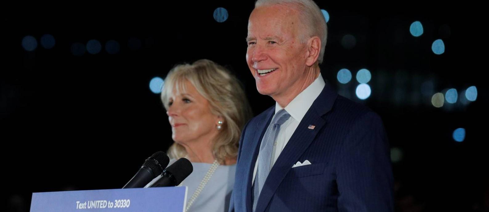 Ex-vice-presidente e pré-candidato democrata à Presidência dos EUA, Joe Biden faz discurso na Filadélfia após resultados da votação desta terça-feira Foto: BRENDAN MCDERMID / REUTERS