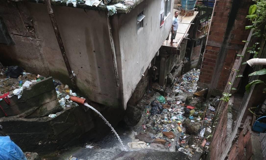 Esgoto na comunidade da Rocinha, no Rio de Janeiro Foto: Custódio Coimbra/Agência O Globo