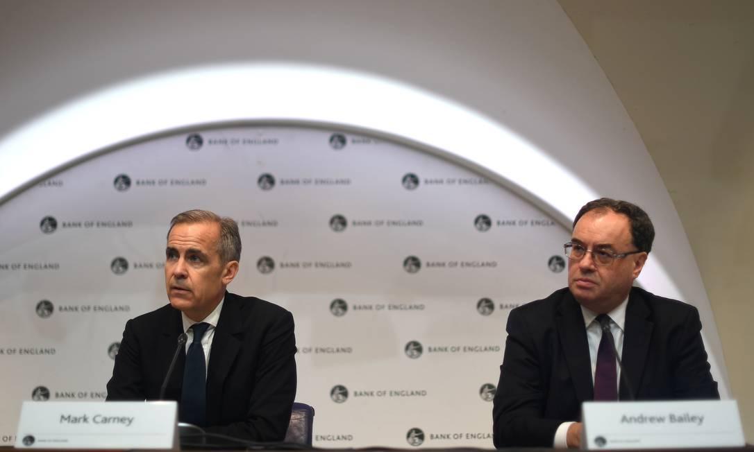 Mark Carney, diretor-gerente do Banco da Inglaterra, e seu sucessor, Andrew Bailey, durante coletiva em que anunciada o corte emergencial nas taxas de juros Foto: Reuters