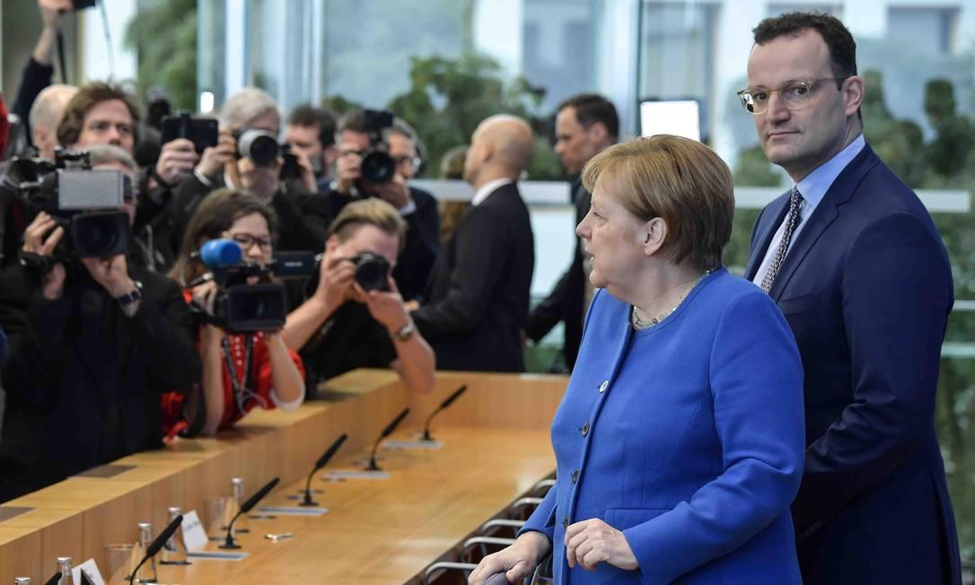 A chanceler da Alemanha, Angela Merkel, concede entrevistas a jornalistas em Berlim nesta quarta-feira (11) ao lado do ministro da Saúde, Jens Spahn Foto: TOBIAS SCHWARZ / AFP