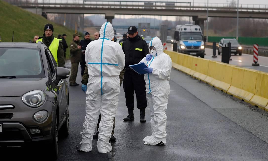 Polícia da Polônia controla temperatura de motoristas na fronteira com a Alemanha, que já registrou mais de mil casos do novo coornavírus; vigilância foi determinada pelo primeiro-ministro Mateusz Morawiecki Foto: ODD ANDERSEN / AFP