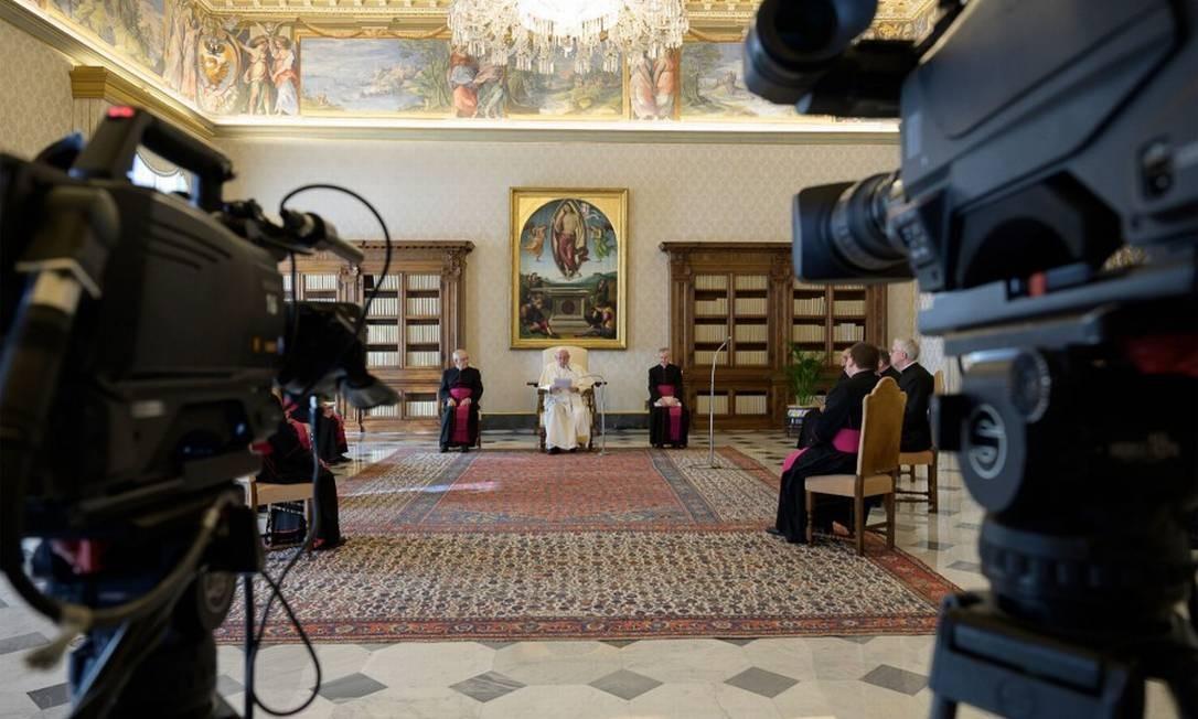 O Papa Francisco e sacerdotes em audiência virtual na biblioteca do Palácio Apostólico, no Vaticano Foto: HANDOUT / AFP