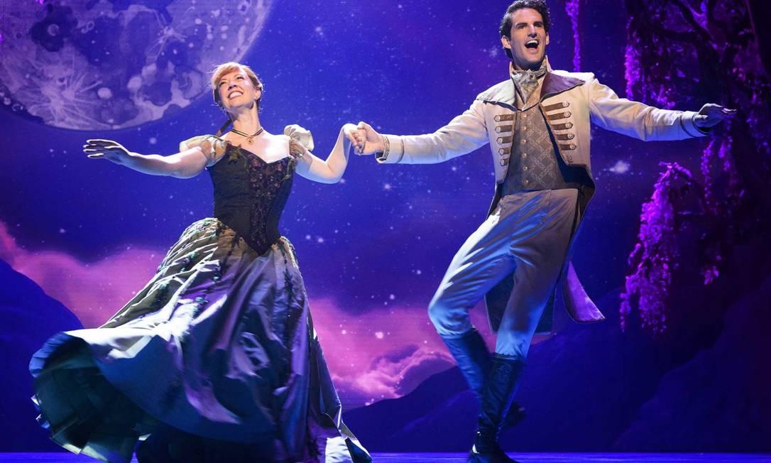 """O musical """"Frozen"""" na Broadway: Anna (Patty Murin) e Hans (John Riddle) no número """"Love is an open door"""" Foto: Deen Van Meer / Divulgação"""