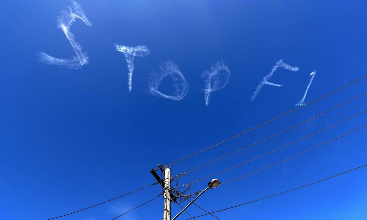 """""""Pare F1"""". O pedido foi escrito, nesta quarta-feira, no céu de Sydney, onde três membros de equipes de Fórmula 1 – um McLaren e dois da Haas – foram isolados no Grande Prêmio da Austrália, sob suspeita do novo coronavírus. O GP está previsto para domingo Foto: David Gray / AFP"""