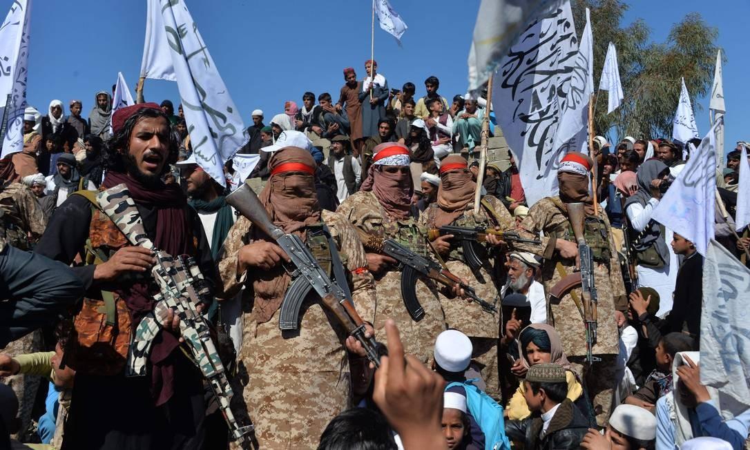 Militantes do Talibã celebram acordo de paz e sua vitória no conflito afegão contra os EUA no Afeganistão Foto: NOORULLAH SHIRZADA / AFP/02-03-2020