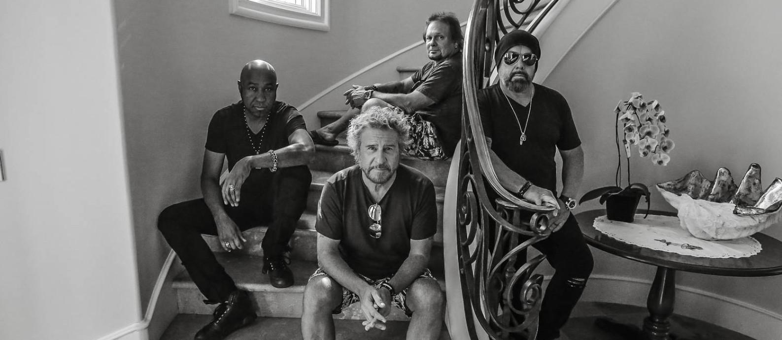 O cantor e guitarrista Sammy Hagar (ao centro) com a banda Circle Foto: Divulgação