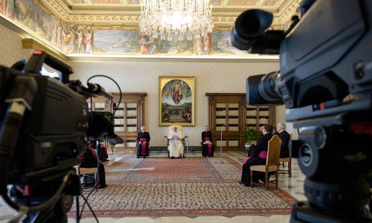 Nova rotina. Como medida preventiva, o Papa Francisco trocou as aparições públicas por transmissões ao vivo pela internet Foto: HANDOUT / AFP