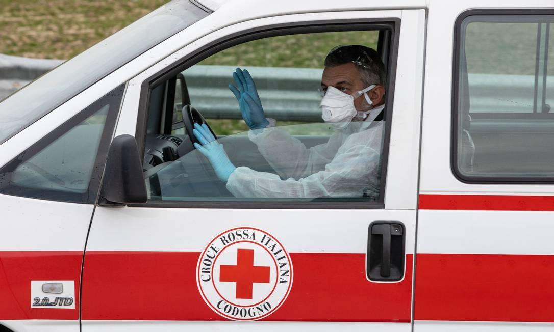 Membro da Cruz Vermelha no norte da Itália Foto: Emanuele Cremaschi / Getty Images