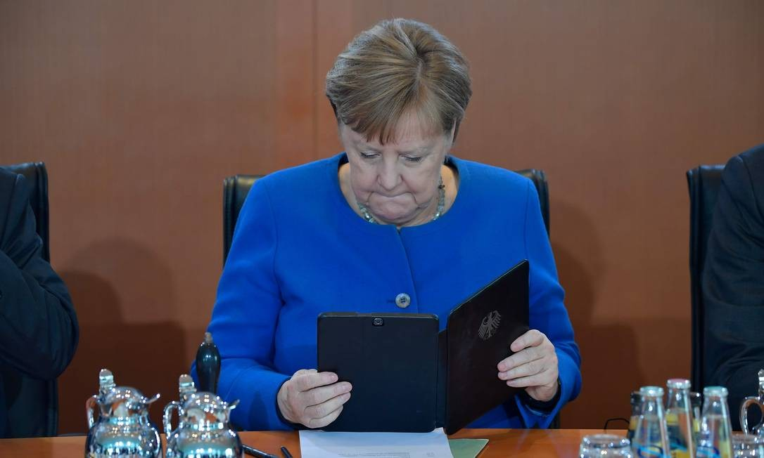 A chanceler da Alemanha, Angela Merkel, afirmou na manhã desta quarta-feira que 70% da população do país europeu, cerca de 60 milhões de pessoas, podem se infectar com o novo coronavírus Foto: T1obias Schwarz / AFP