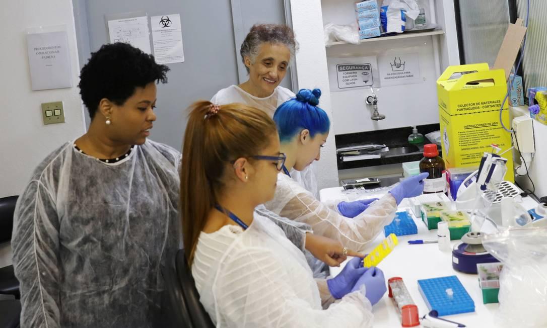 Jacqueline Goes de Jesus (esquerda) e Ester Cerdeira Sabino (fundo) são as cientistas brasileiras à frente da equipe do Instituto de Medicina Tropical da Faculdade de Medicina da Universidade de São Paulo (USP), de maioria feminina, que sequenciou o DNA do coronavírus 48 horas apenas do primeiro paciente brasileiro ser diagnosticado no país Foto: Rahel Patrasso / Reuters