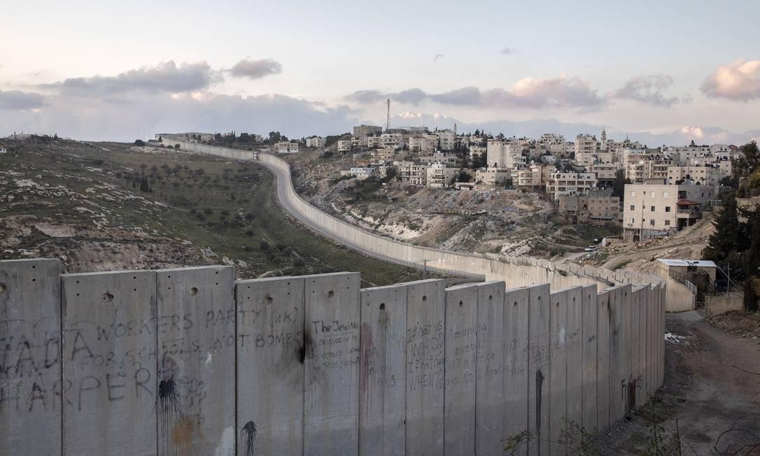 Muro separa Abu Dis, na Cisjordânia, de Jerusalém Foto: DAN BALILTY / NYT
