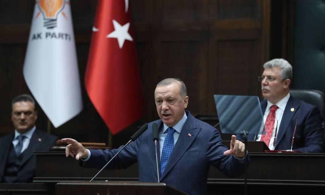 O presidente turco, Recep Tayyip Erdogan, discursa no Parlamento durante reunião de seu partido Foto: ADEM ALTAN / AFP