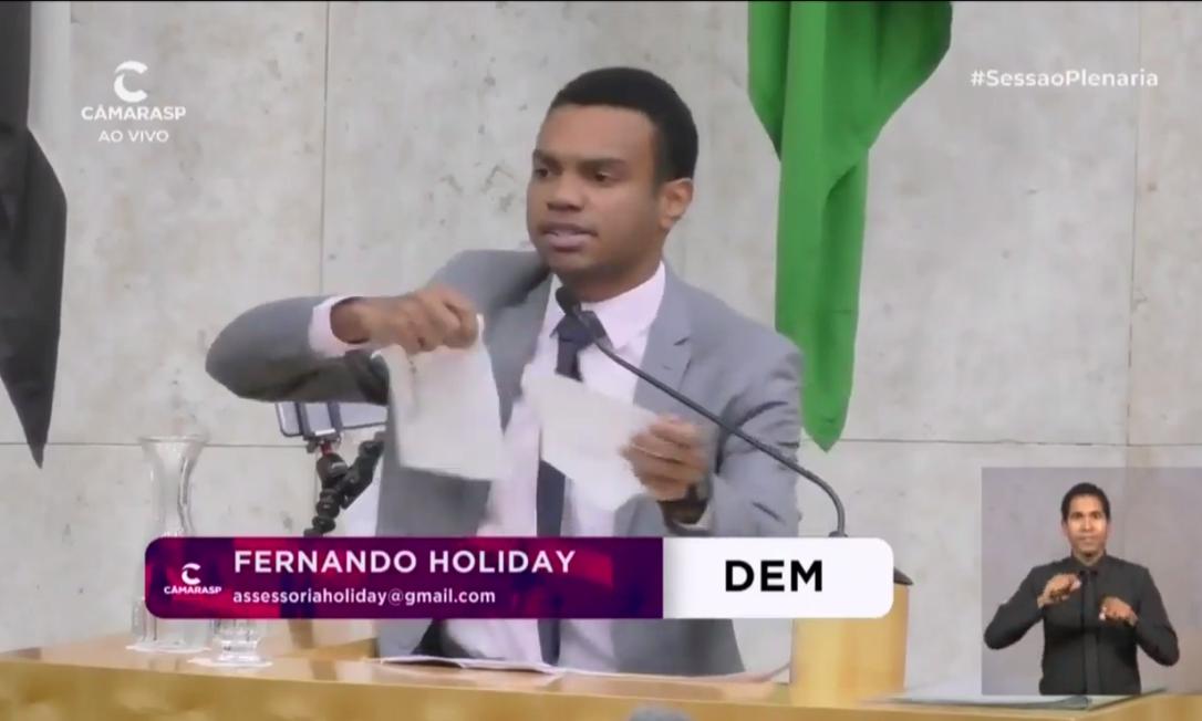 O vereador Fernando Holiday rasga sua filiação ao DEM no plenário da Câmara de SP Foto: Reprodução: Câmara Municipal de São Paulo