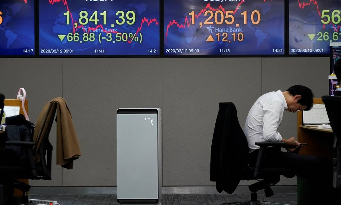 Painel com as cotações da Bolsa em corretora de câmbio de Seul, na Coreia do Sul Foto: Kim Hong-Ji / Reuters