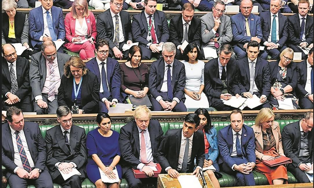 No Reino Unido, o ministro da Fazenda, Rishi Sunak, apresentou o Orçamento com recursos para combater a doença Foto: AFP