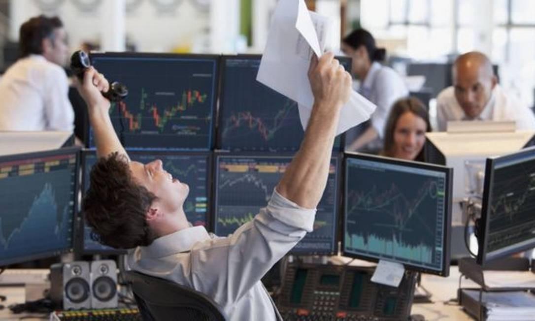 Os investidores normalmente diversificam seus recursos entre ativos financeiros de renda fixa (mais seguros) e ativos de renda variável (mais arriscados). Foto: Getty Images