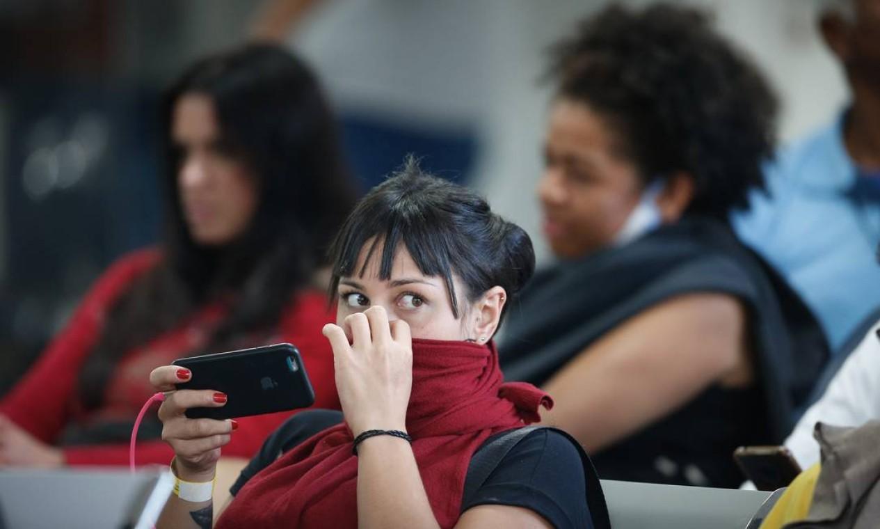 Apreensiva, jovem cobre vias aéreas com peça de roupa, no Hospital Regional da Asa Norte, em Brasília, onde há uma paciente internada com o coronavírus Foto: Pablo Jacob / Agência O Globo