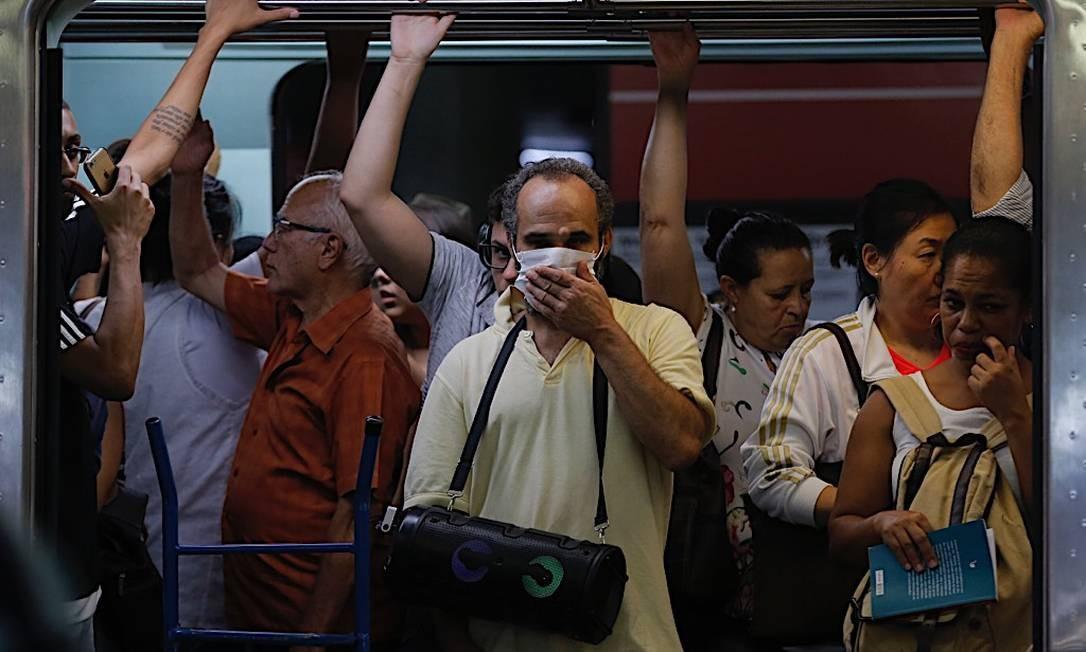 No metrô de São Paulo, onde há 30 casos confirmados, homem é visto usando máscara de proteção Foto: Edilson Dantas / Agência O Globo