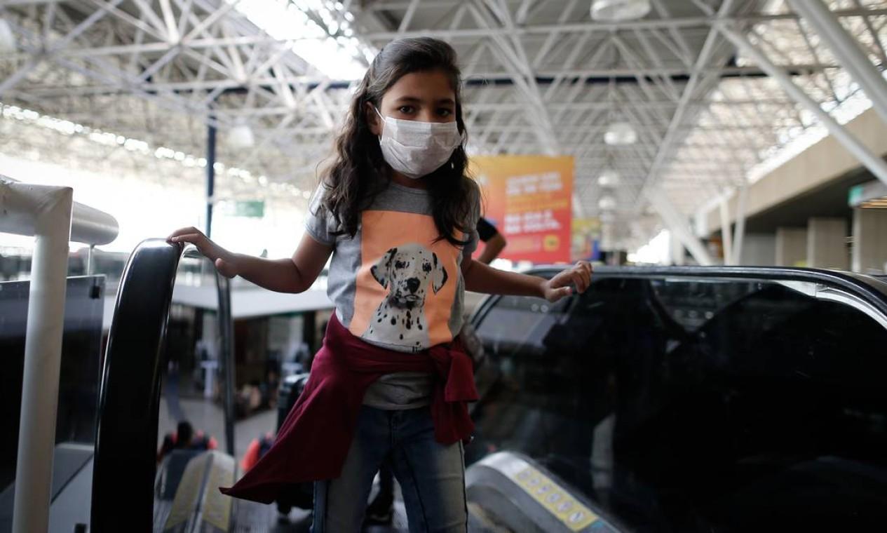 Passageiros do aeroporto de Brasilia usam máscaras de proteção. Crianças são consideradas grupo de risco Foto: Pablo Jacob / Agência O Globo