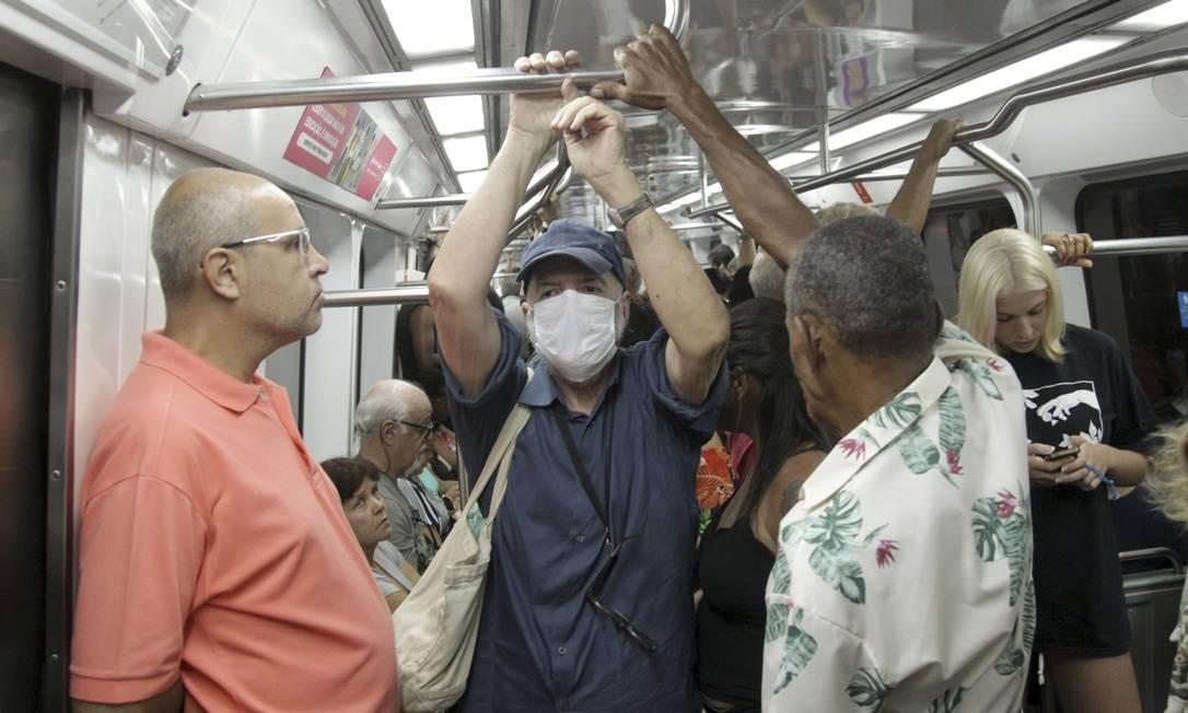 Idoso usa máscara dentro de composição do metrô do Rio Foto: Gabriel de Paiva / Agência O Globo