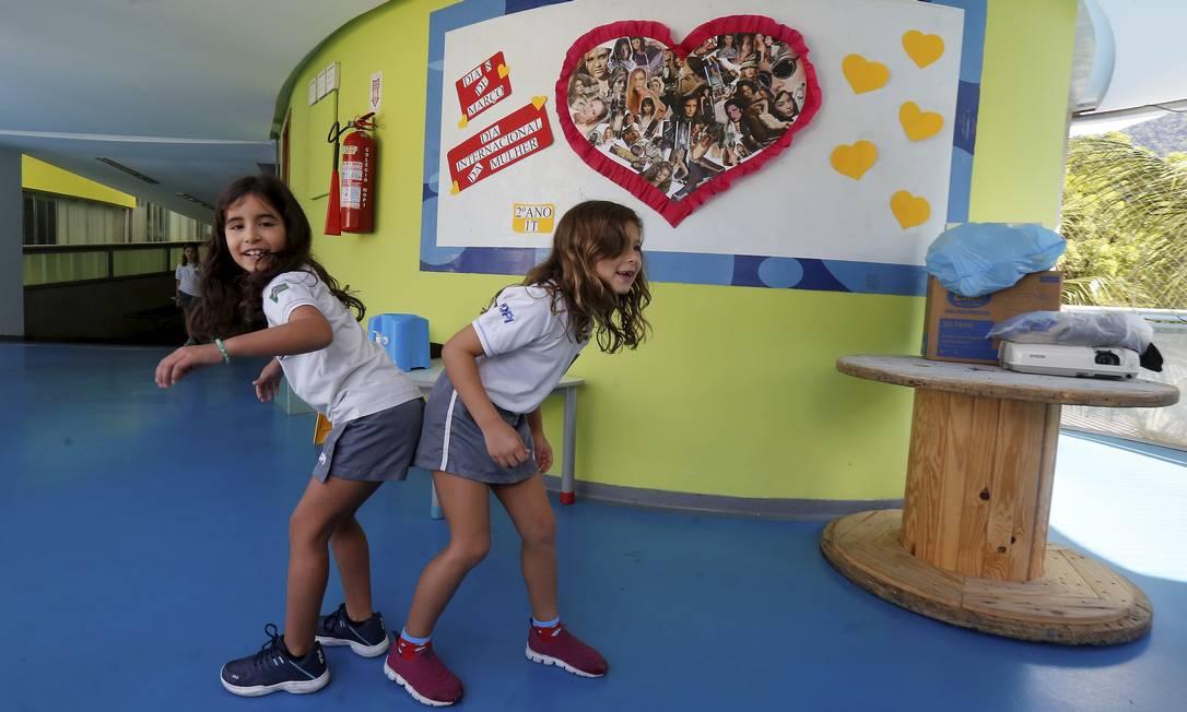 Crianças se divertem com as alternativas para evitar o contato das mãos ao se cumprimentar Foto: Guilherme Pinto / Agência O Globo